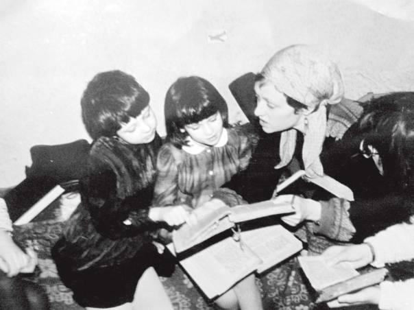 רות (במרכז) ואימה, אירה דשבסקי, בשיעור תורה בבית הספר היהודי המחתרתי של יום ראשון, 1985 הצילומים באדיבות המשפחה