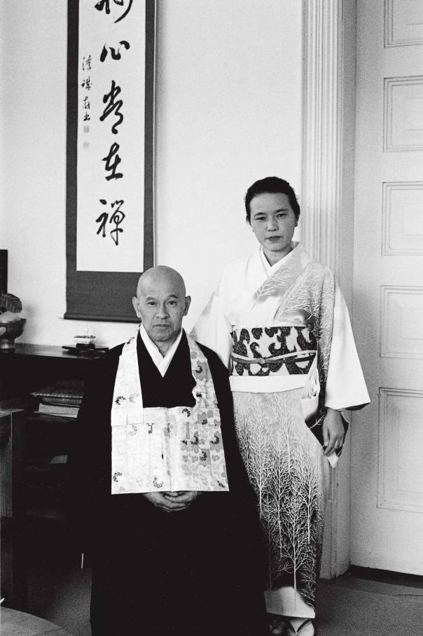 סוגה שמרנית, תוכן נועז. מיטסו ובעלה שונריו סוזוקי, תחילת שנות השישים צילום: דייויד צ'אדוויק, באדיבות משפחת סוזוקי