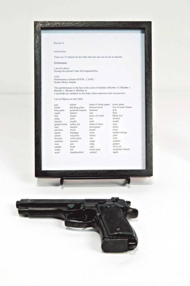 """הפעם אף אחד לא חושש להיפגע מהאקדח מתוך התערוכה """"מרינה אברמוביץ׳, Rhythm 0 ,1974"""".המוצגת במוזיאון תל אביב לאמנות"""