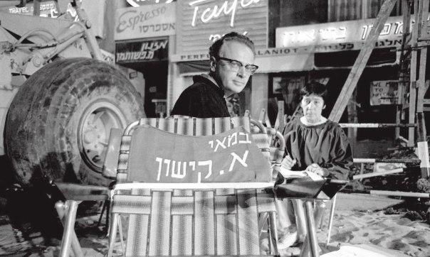"""נדמה כאילו אמר, לא רוצים - אז לא צריך. קישון על כיסא הבמאי בסט הצילומים של """"ארבינקא"""", 1967 צילום: יעקב אגור ז""""ל, באדיבות המרכז הישראלי לתיעוד אמנויות הבמה, אוניברסיטת תל אביב"""