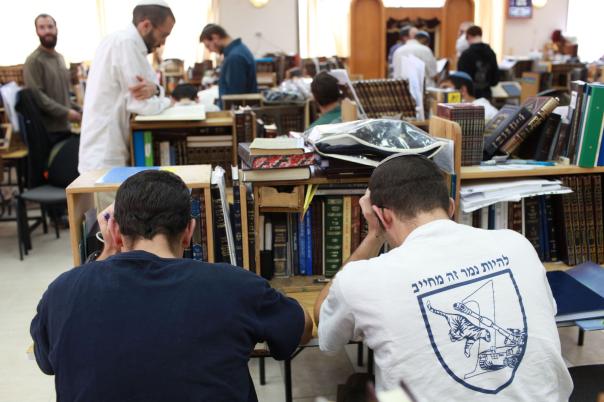 """לימודי התנ""""ך והמחשבה נדחקים לשוליים. תלמידי ישיבה  צילום: פלאש 90. למצולמים אין קשר למאמר"""