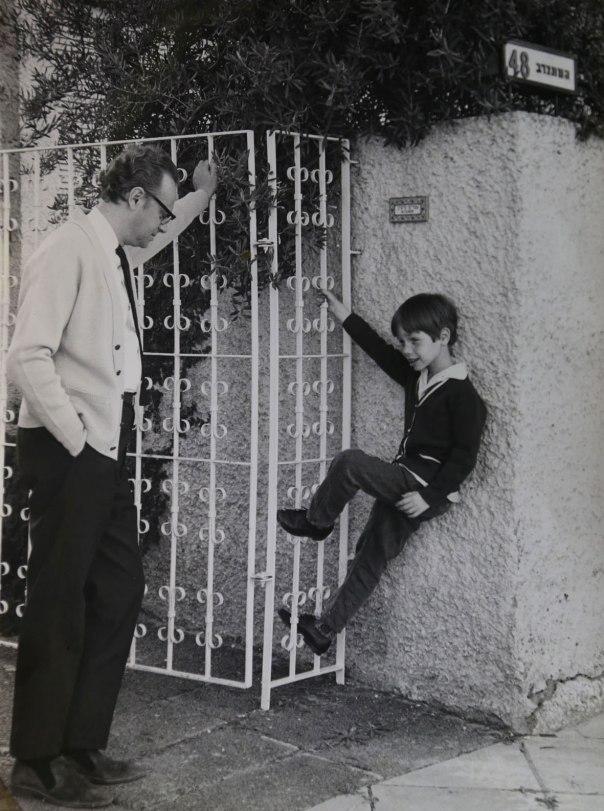 אפרים קישון ובנו עמיר בפתח ביתם בתל אביב  באדיבות משפחת קישון