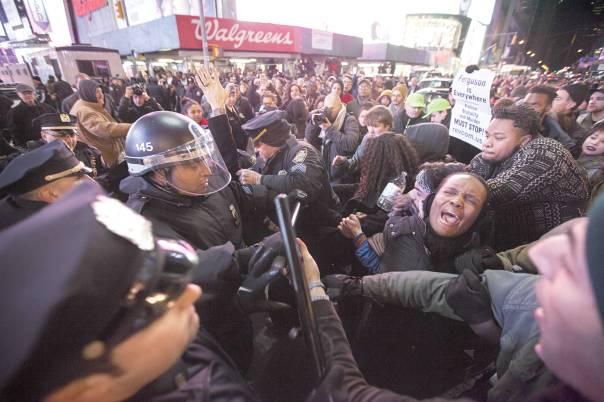 הפגנה נגד החלטת בית המשפט שלא להרשיע את השוטר שהיה מעורב במותו של אריק גרנר, ניו יורק, דצמבר 2014 צילום: אי.פי.אי