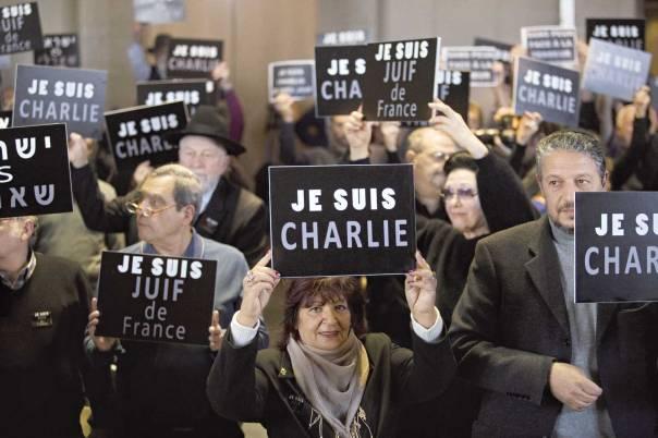 חלק מהמבצע לזיהוי רשת הטרור וחיסולה מתרחש בפריז. מפגינים סולידריות עם נפגעי הפיגועים, השבוע צילום: אי.פי.אי