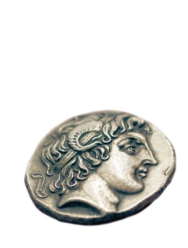 דמותו של אלכסנדר מוקדון על מטבע יווני מהתקופה ההלניסטית, עם קרני איל המייצגות את האל אמון  צילום: רויטרס