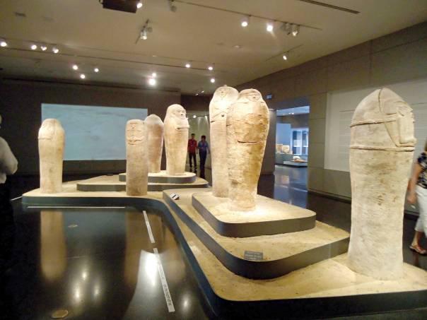ארונות קבורה אנתרופואידים שהתגלו בדיר אל בלח ומוצגים במוזיאון ישראל