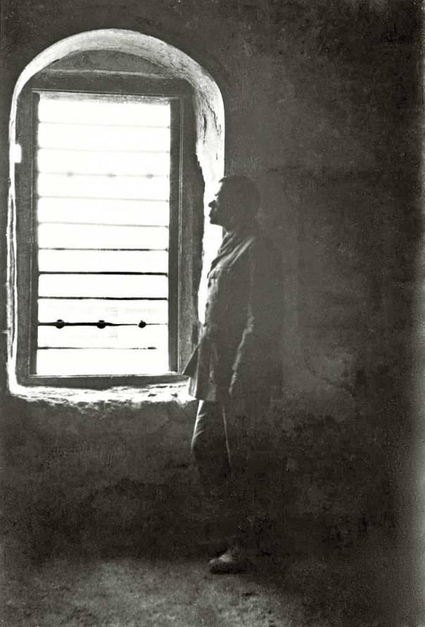 זאב ז'בוטינסקי בתאו בכלא עכו, 1920 צילום: יעקב בן דב, הספרייה הלאומית ירושלים, אוסף שבדרון