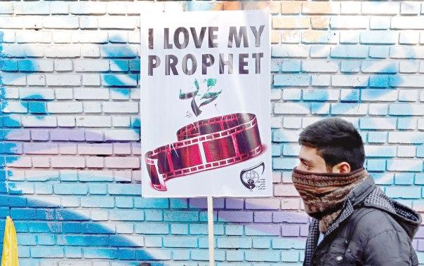 """טענת ה""""אסלאמופוביה"""" משתיקה כל ביקורת רציונלית. הפגנה נגד שרלי הבדו, איראן, 2015 צילום: אי.פי.אי"""