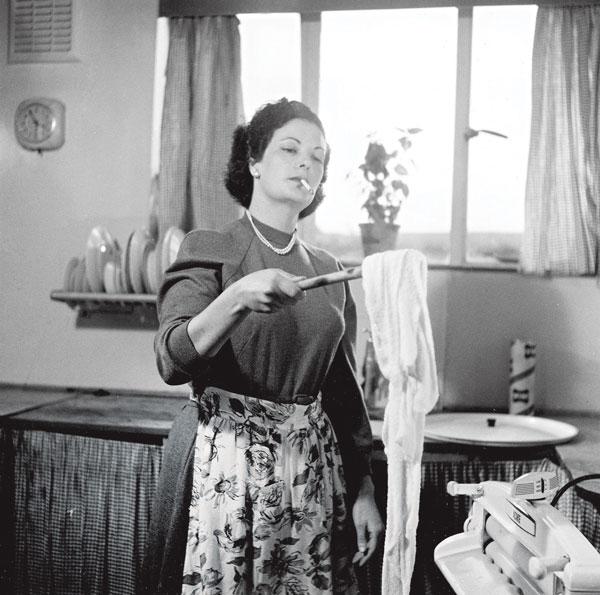 העישון פרח בכל מקום; אופנת תלתלים שלטה בכל ראש. עקרת בית, שנות החמישים צילום: גטי אימג'ס