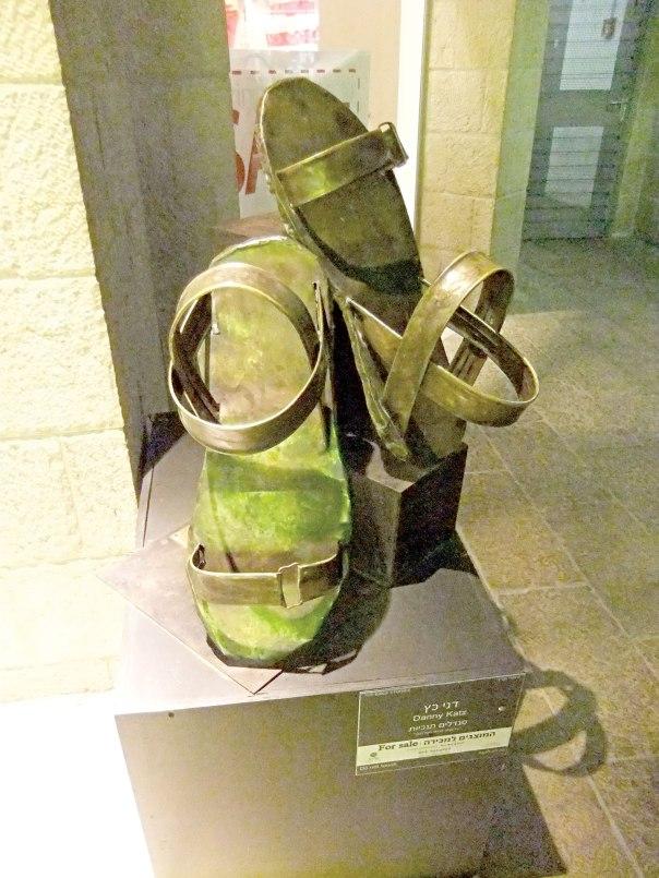 """תופסים מקום חשוב אצל אוכלוסיית רגישי-הטמפרטורה-בקצות-הגוף. דגם סנדלים תנ""""כיים שהוצג בתערוכה בשדרות ממילא, ירושלים, 2011"""