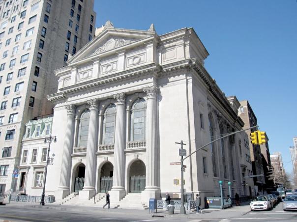 מקהלה של גברים שרה עם החזן ניגונים יפים ומרוממים. בית הכנסת של קהילת שארית ישראל בניו יורק
