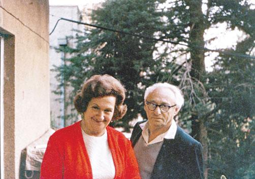 עם בתיה רעייתו על מרפסת ביתם ברחביה, שנות ה־70 צילומים: באדיבות המשפחה