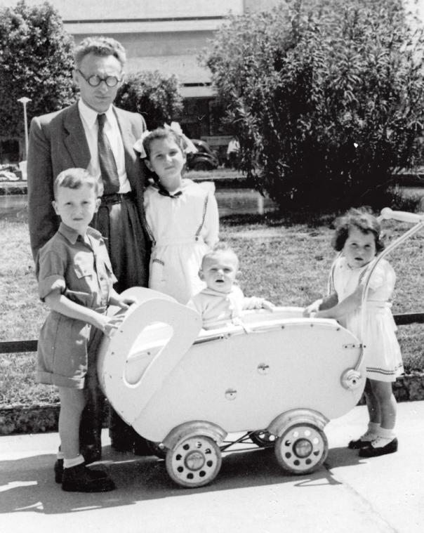 אלדד עם בתו נעמה (לצידו) ובנו אריה (בעגלה), 1951
