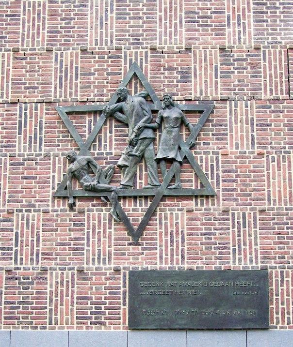 """אנדרטת זיכרון בהאג לחללי מלחמת העולם השנייה, עם הכיתוב """"זכור את אשר עשה לך עמלק"""" יוצר: דיק סטינס, 1967"""