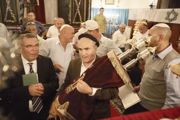 חגיגות שמחת תורה בבית הכנסת באג'דיר, מרוקו צילום: אביר סולטן, פלאש 90