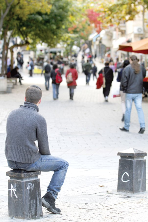 """היכולת להזדהות כ""""אחר"""". מדרחוב בן יהודה, ירושלים צילום: פלאש 90"""
