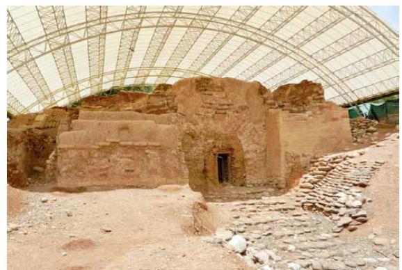 עיר בצורה וגדולה בעלת חומות אדירות. השער הכנעני בתל דן