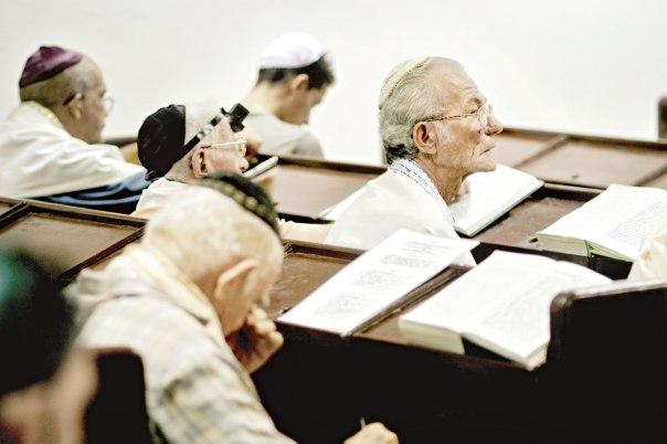 """הציבור ביקש מהרב לדרוש שוב ושוב. מתפללים בבית הכנסת """"עדת ישראל"""" בהוואנה, קובה  צילום: גטי אימג'ס"""