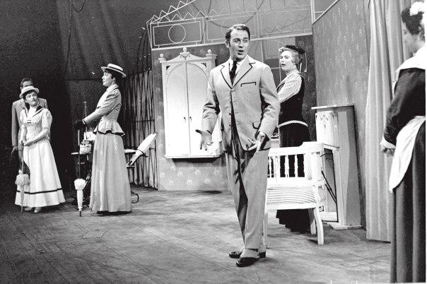 """הרפרטואר המתורגם היה עשיר ומגוון. סצנה מהצגה של המחזאי ברנרד שו בתיאטרון הקאמרי, 1957 צילום: לע""""מ"""
