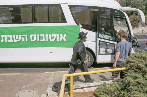 """הספר מתעלם מאחת הסוגיות הבוערות במתח שבין דת ומדינה. """"אוטובוס השבת"""" של פעילי מפלגת מרצ, כמחאה למען הפעלת תחבורה ציבורית בשבת  צילום: פלאש 90"""