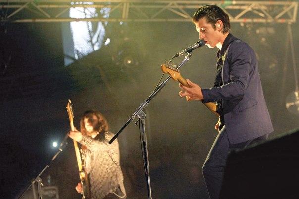 """""""החלומות שלי תמיד מוזיקליים"""" הארקטיק מאנקיז בהופעה, 2014 צילום: אי. פי. איי"""