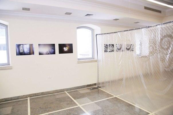 החיתוכים פותחים חלון הצצה אל מעבר למרחב הנשי.  איילה סול פרידמן, מחיצה, רדי מייד מטופל, 2015