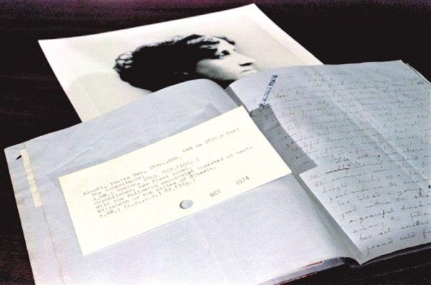אצבע מאשימה כלפי גברים התופסים את האישה כיצור טהור וחסר ישע. כתב היד של ספרה הראשון של לואיזה מיי אלקוט מ-1849 צילום: רויטרס