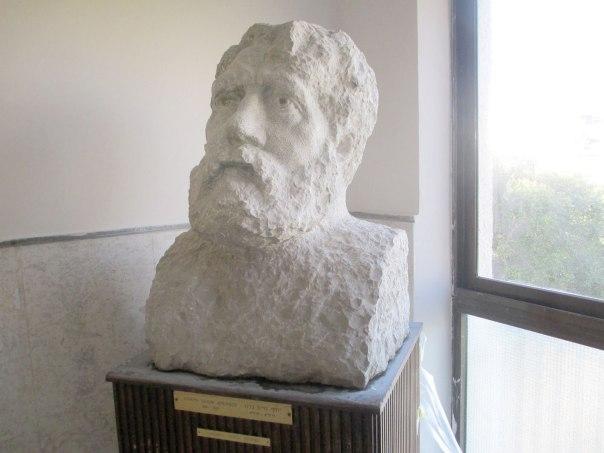"""העם היהודי """"אחר הוא ומשונה וזר ומגוחך... ועם שכזה לא ישנאו?"""". פסל של י.ח. ברנר מאת בתיה לישנסקי"""