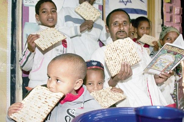 הפסח משיב את המסבים אל שולחן הסדר אל חוויתם כגולים. עולים חדשים מאתיופיה מתכוננים לחג, 2007   צילום: חיים אזולאי, פלאש 90. למצולמים אין קשר לכתבה