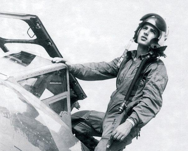 """""""האיש הצעיר הזה היה יכול להיות רמטכ""""ל או ראש ממשלה"""". אבי לניר על המטוס, 1961."""
