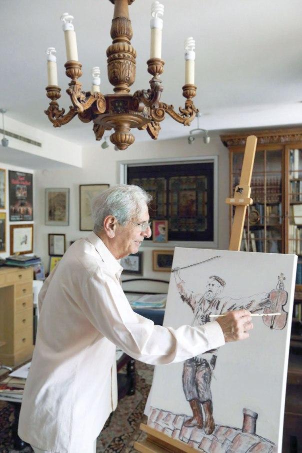 שבר את תקרת הזכוכית בהוליווד. חיים טופול מצייר בביתו בתל אביב, 2014 צילום: יעקב נחומי, פלאש 90