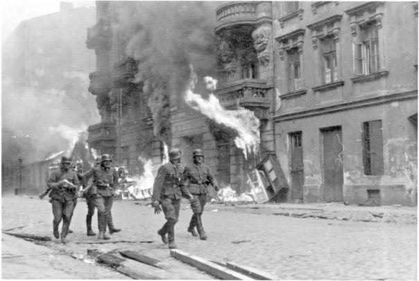 לראות במרד פרשת גבורה הרואית, מבלי להפחית בערך גבורת ההבלגה. פטרול גרמני בגטו ורשה הבוער, 1943