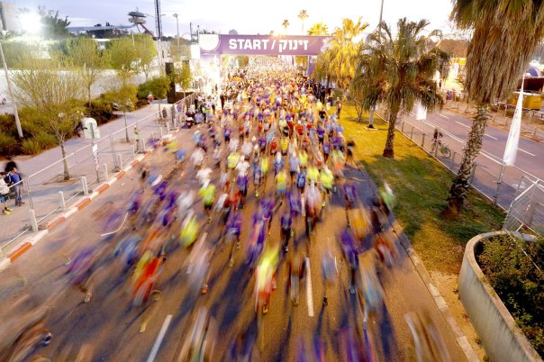 בטוחים בהתחלה, לא ודאיים לגבי הסוף. רצים במרתון תל אביב 2015 צילום: אביר סולטן, פלאש 90