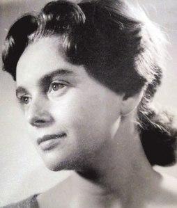 """השואה עדיין ממלאת אותי, אין לי שום רצון לכתוב על משהו אחר"""". עדה פגיס בצעירותה רפרודוקציה מאלבום המשפחה"""