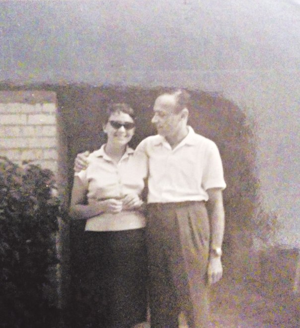 """""""דן סלד מהפוזה שכרוכה בדבר הזה שנקרא 'להיות משורר'"""". עדה ודן פגיס, שנות ה־60 רפרודוקציה מאלבום המשפחה"""