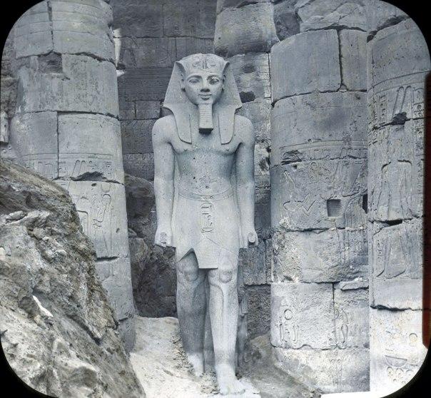 מנהיג צבאי, וגם אל. פסל של רעמסס השני בלוקסור, מצרים