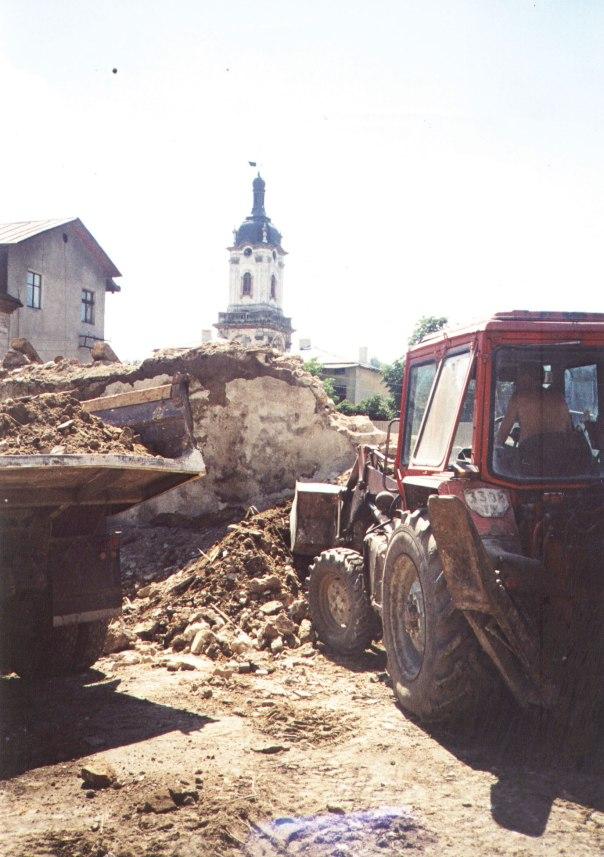 """סופו של """"אורח נטה ללון"""". הרס בית המדרש הישן בבוצ'אץ', 2001 צילום: רוחמה אלבג"""