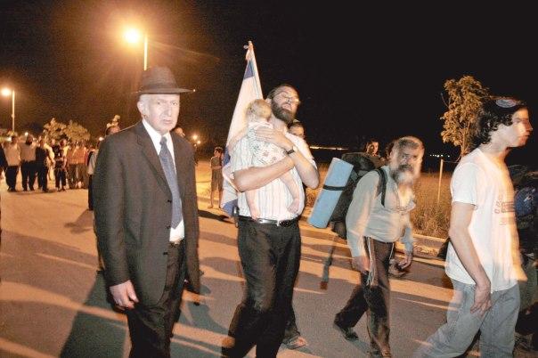 הרב ליכטנשטיין בליל פינוי בית הכנסת בכפר דרום, גוש קטיף, 2005 צילום: מרים צחי