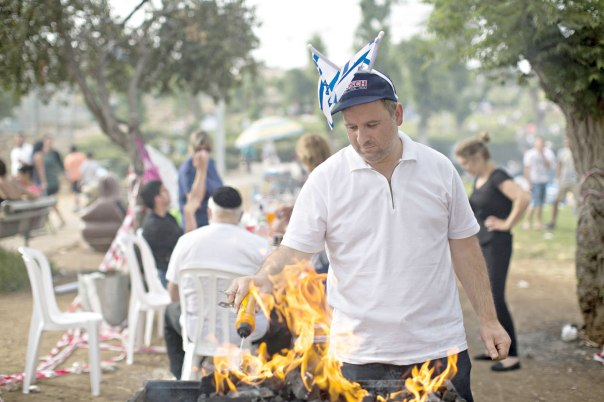 איפה המנהגים האלו ואיפה ריקודי ההורה הסוחפים של ראשית המדינה. מנגל יום העצמאות בירושלים צילום: יונתן זינדל, פלאש 90