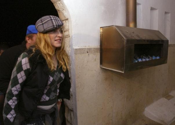 """מדונה בביקורה בישראל, בקבר הרב יהודה לייב אשלג, בעל """"הסולם"""", 2004 צילום: אי.פי.אי"""