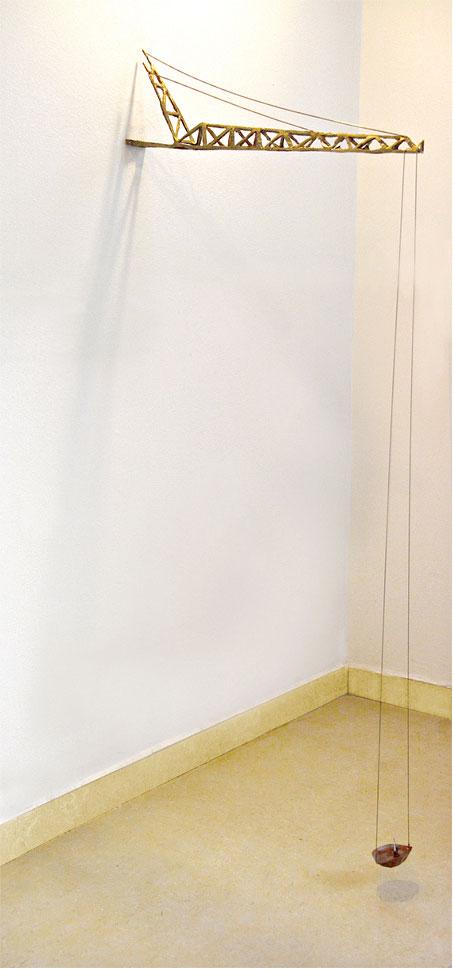 """גם מה שנראה חזק וגס תלוי על בלימה. """"כוח עילוי"""", 2013 צילומים: נעמה מושקין"""