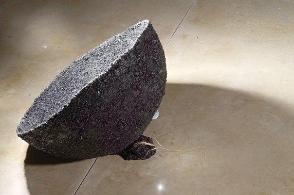 """בין יהלום במכרה פחם, ביצית ברחם או ירח בגלקסיה חשוכה. """"כדור שחור"""", 2015 צילום: אלדד מנוחין"""
