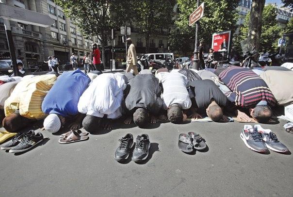 האסלאם הצרפתי מוצג כאלטרנטיבה מפתה. תפילת מוסלמים בחודש הרמדאן, פריז 2010 צילום: אי.פי.אי