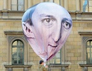 האתגרים הניצבים לפניו לא פשוטים. בלון בדמות דיוויד קמרון, במהלך הפגנה נגד ה־G7 צילום: אי.פי.אי