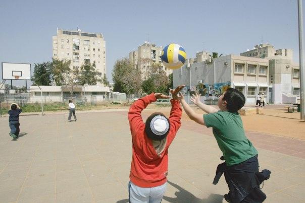הטיה לעבר ציבור אחד. ילדים בחצר בית הספר צילום: מרים צחי