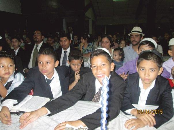 """חוויה רוחנית משולבת במוזיקה סוחפת. ילדי קהילת """"בית אל"""" בסן סלבדור בשעת הבדלה"""