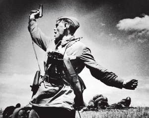 """מי היה זה שניצח את גרמניה הנאצית? קצין סובייטי במלחמת העולם השנייה, בצילום """"מג""""ד"""" של מקס אלפרט"""
