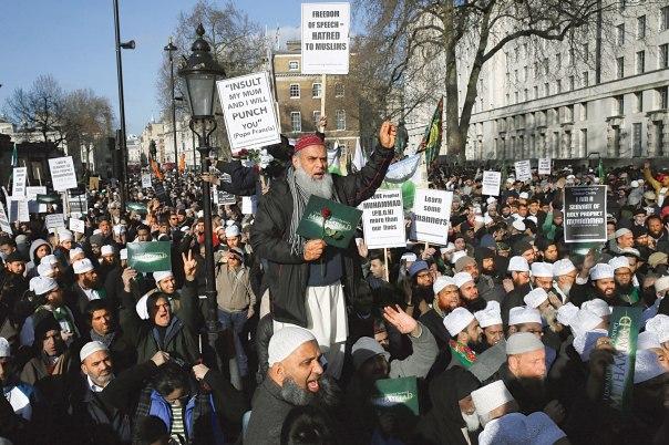 """אוזלת יד מול האסלאם. מוסלמים מפגינים בלונדון נגד קריקטורת הנביא מוחמד בשבועון """"שרלי הבדו"""", פברואר 2015  צילום: רויטרס"""