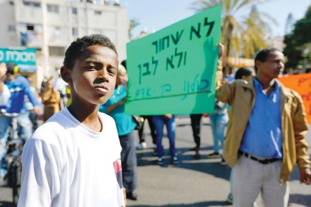 הגזענות ביחס לאדם השחור היא תופעה אוניברסלית. הפגנת יוצאי אתיופיה באשקלון, מאי 2015 צילום: יהודה פרץ. למצולם אין קשר לכתבה