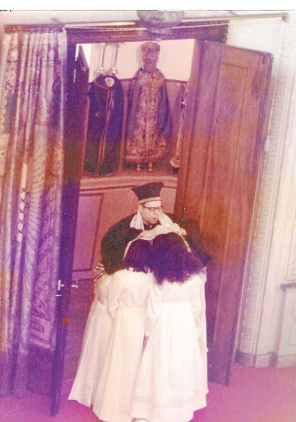 הרב סרג'יאו יוסף סיירה, רבה הראשי של טורינו, מברך בנות מצוה, 1965 צילום: Lucia